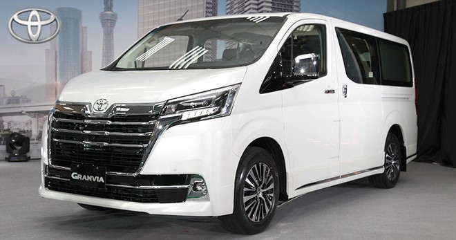 Toyota Granvia 2019 sở hữu lưới tản nhiệt sáng bóng sang trọng