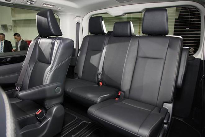 Nội thất bọc da bên trong Toyota Granvia 2019 bản Úc