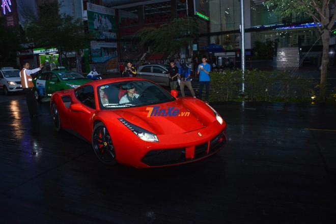 Chiếc siêu xe Ferrari 488 GTB màu đỏ đến nơi tổ chức đám cưới của Cường Đô-la