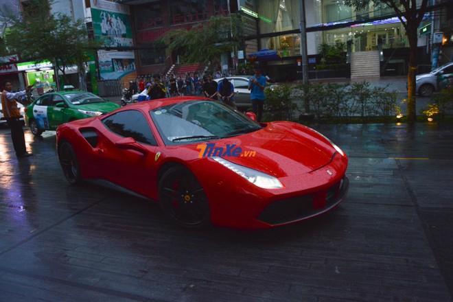 Chiếc siêu xe Ferrari 488 GTB của Tuấn Hưng làm bạn đồng hành cùng với doanh nhân Hà Nội khi vào Nam