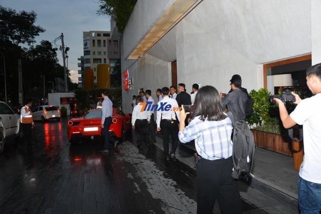 Hàng chục tay săn ảnh cùng phóng viên chạy theo siêu xe Ferrari 488 GTB của Tuấn Hưng khi đến dự đám cưới Cường Đô-la