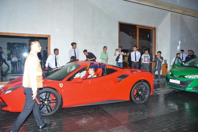 Người điều khiển siêu xe Ferrari 488 GTB của Tuấn Hưng là một doanh nhân đến từ Hà Nội