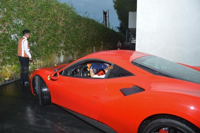 Doanh nhân này nhanh chóng đưa siêu xe Ferrari 488 GTB vào bãi đỗ