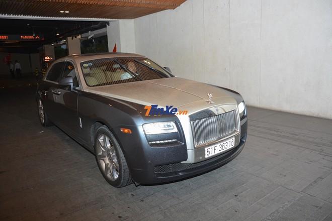 Chiếc xe siêu sang Rolls-Royce Ghost Series I được người lái cho chạy 1 vòng xung quanh khu vực đỗ xe