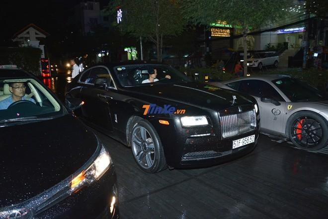 Tài xế lái 2 vòng mới tìm được chỗ đỗ cho chiếc xe Rolls-Royce Wraith