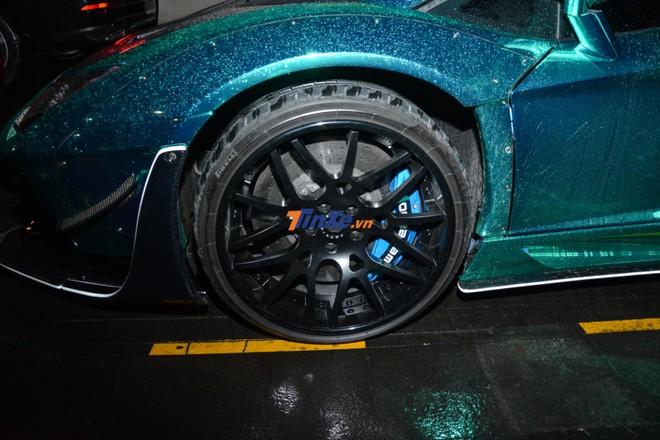 Xe được trang bị mâm Forgiato với kẹp phanh sơn màu xanh