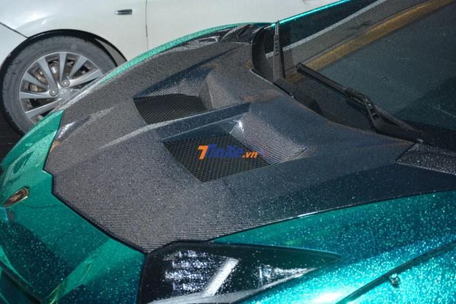 Ngoài màu xanh lam crôm, chiếc siêu xe Lamborghini Aventador Limited Edition 50 này còn có nhiều chi tiết bằng sợi carbon như nắp khoang hành lý phía trước