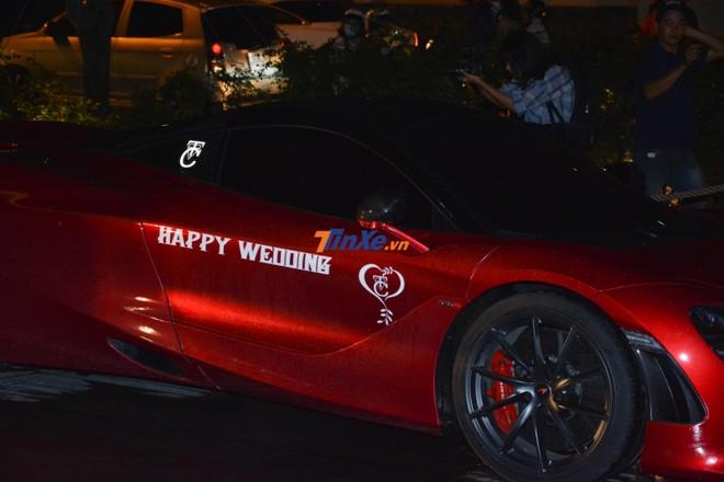 Chiếc siêu xe McLaren 720S này được dán dòng chữ Happy Wedding chúc mừng hạnh phúc của Cường Đô-la