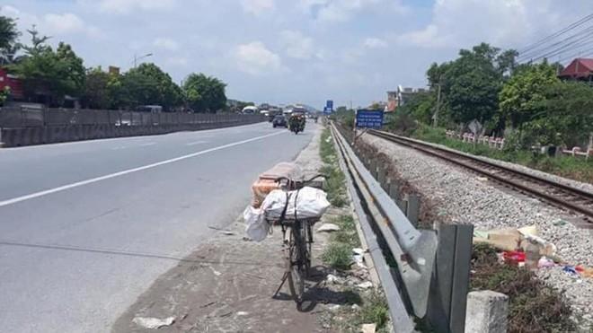 Chiếc xe đạp chở ve chai được đỗ ven đường