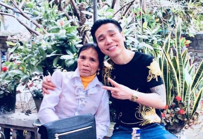 Hình ảnh ca sĩ Châu Việt Cường cùng mẹ