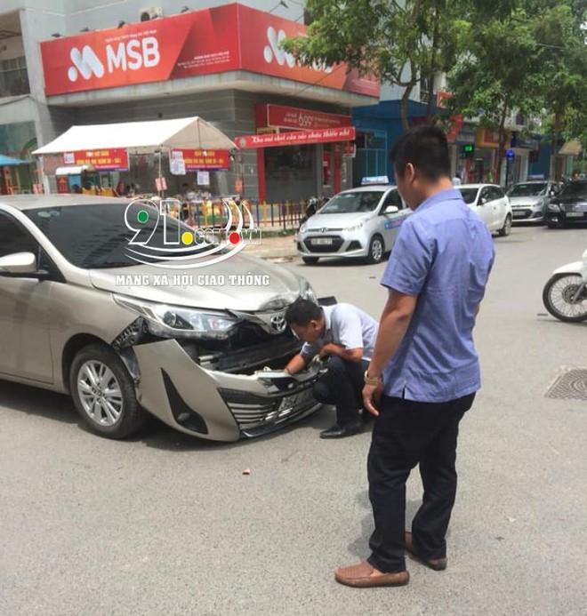 Chiếc Toyota Vios bị bung mặt ca-lăng trước