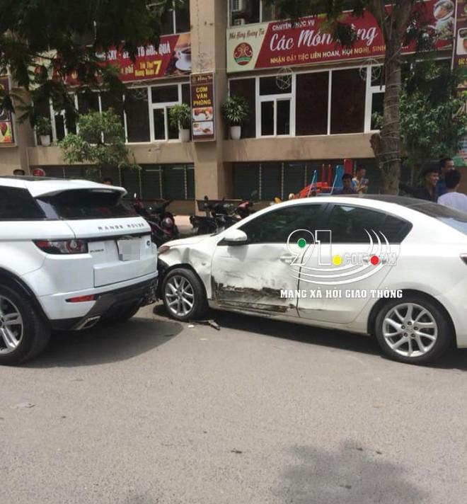 Chiếc Mazda3 biến dạng ở sườn xe và cản trước