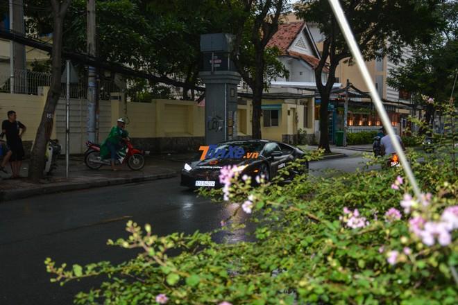 Siêu xe Lamborghini Huracan LP610-4 Trống đồng Đông Sơn trên đường đến tham dự đám cưới của Cường Đô-la và Đàm Thu Trang