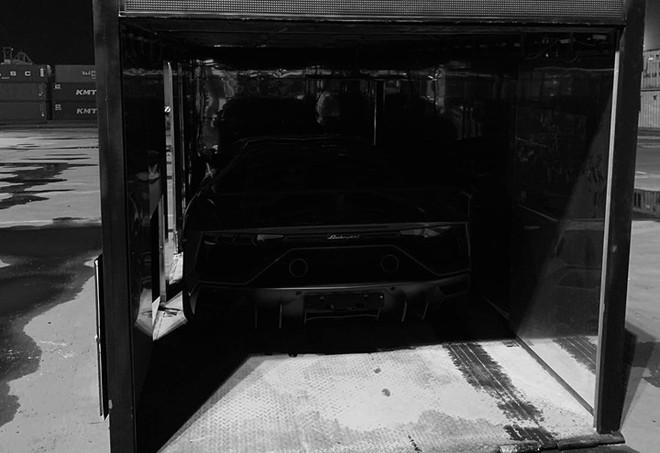 Siêu xe cực hiếm Lamborghini Aventador SVJ lúc ở cảng