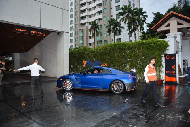 Đội vệ sĩ hướng dẫn người lái chiếc Nissan GT-R độ body kit Nismo vào bãi đỗ xe