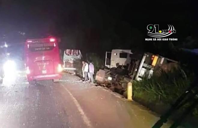 Hiện trường vụ tai nạn giữa ô tô khách và xe container