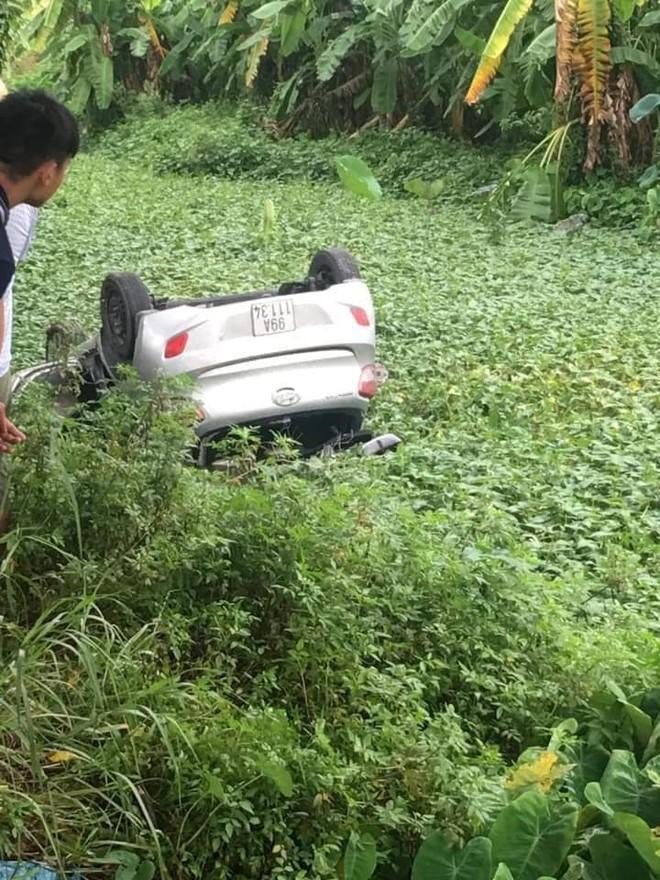 Chiếc taxi này đã va chạm với một phương tiện khác rồi rơi xuống mương
