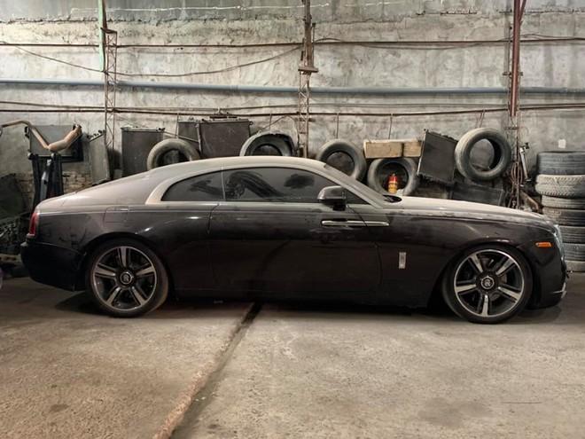 Xót xa với hình ảnh Rolls-Royce Wraith ở Việt Nam làm bạn với bụi trong một garage