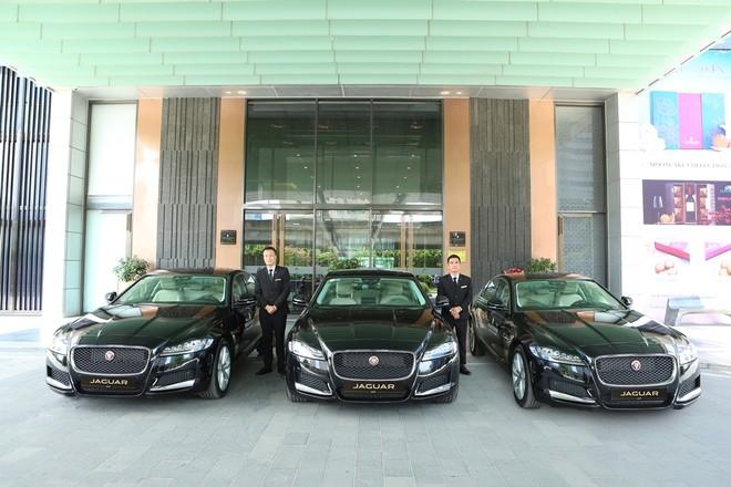 3 chiếc Jaguar XF Prestige có tổng giá trị hơn 8 tỷ đồng mới được Jaguar Việt Nam bàn giao cho khách sạn 5 sao tại Hà Nội