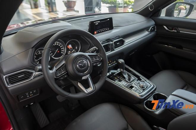 Nội thất bên trong Mazda CX-8 mang hơi hướng cao cấp nhờ vào những chi tiết như da Nappa, táp-lô ốp gỗ,...