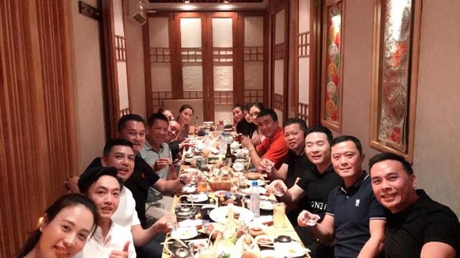 Cường Đô-la và vợ cùng các thành viên đoàn Gia Lai Team trong buổi gặp gỡ vào tối qua