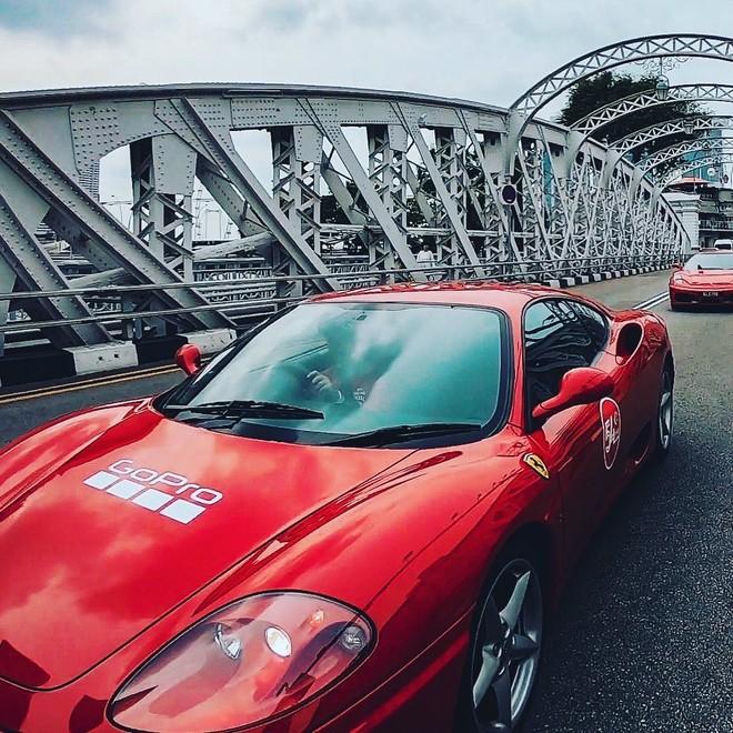 Những chiếc siêu xe Ferrari bắt đầu di chuyển theo đoàn