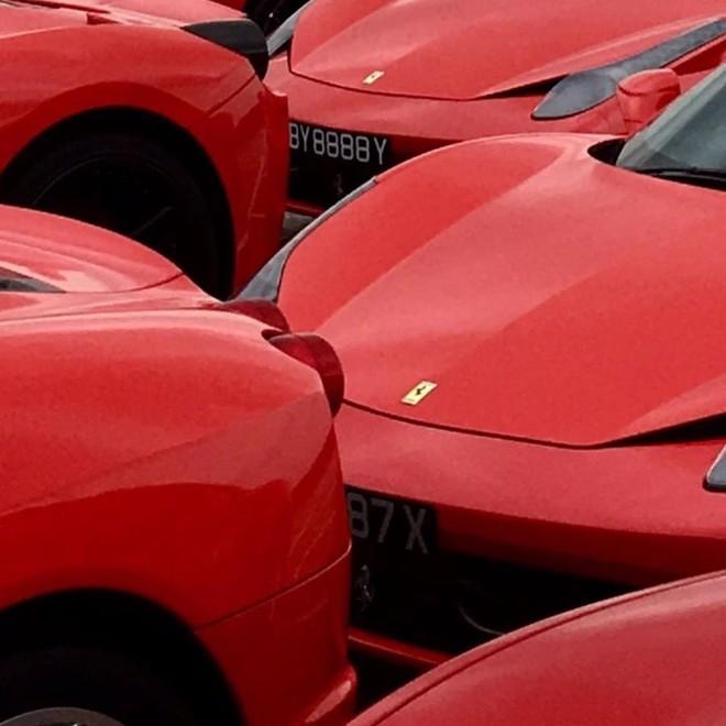 Quá đông siêu xe Ferrari tham dự nên một số chiếc phải đỗ sát nhau