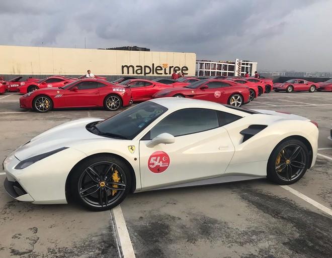 Một chiếc Ferrari 488 GTB màu trắng bên dàn siêu xe Ferrari màu đỏ