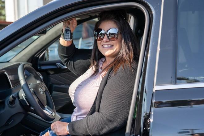 Chị Beuchene nhận chìa khóa của chiếc Hyundai Palisade 2020