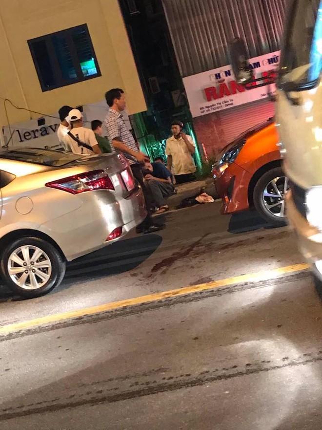 Chiếc Toyota Wigo va chạm với chiếc Toyota Vios đang dừng đèn đỏ