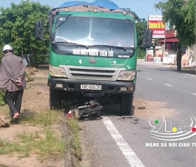 Xe máy của nạn nhân bị ô tô tải cuốn vào gầm