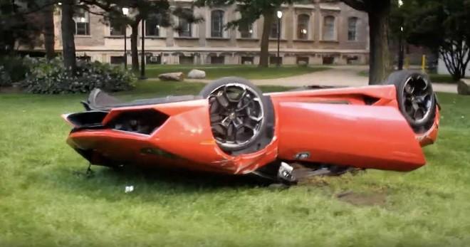 Chiếc siêu xe Lamborghini Huracan ngửa bụng trên bãi cỏ và ngoại thất hư hỏng rất nặng