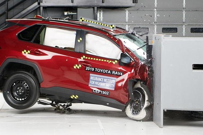 Không hổ là một trong những mẫu xe bán chạy nhất nước Mỹ, Toyota RAV4 2019 có mức độ an toàn rất cao