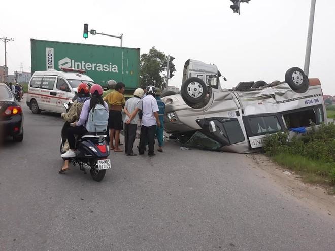 Chiếc ô tô khách 16 chỗ lật ngửa bên lề đường