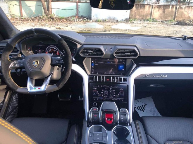 Cận cảnh khoang lái siêu SUV Lamborghini Urus của Chủ tịch Trung Nguyên