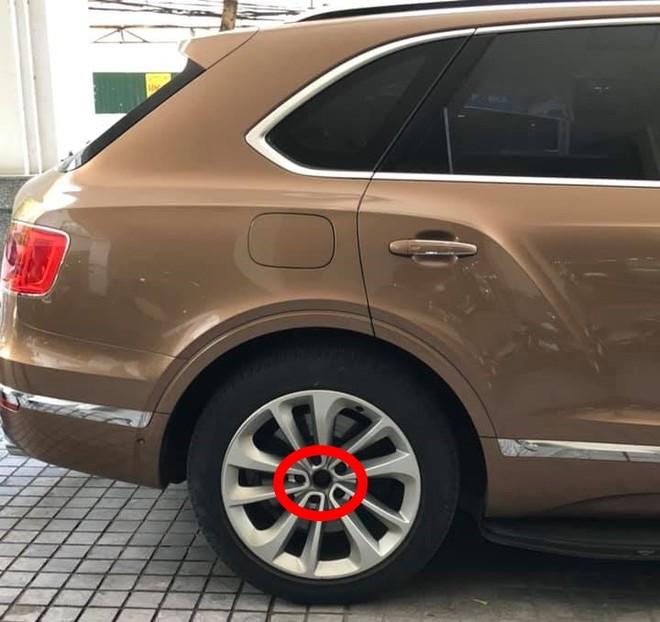 Và phía sau ở cùng một bên của chiếc SUV siêu sang Bentley Bentayga bị kẻ gian vặt logo mâm