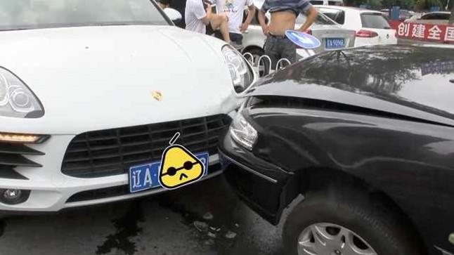 Hiện trường vụ tai nạn của Porsche Macan và một chiếc ô tô ngay ngã tư